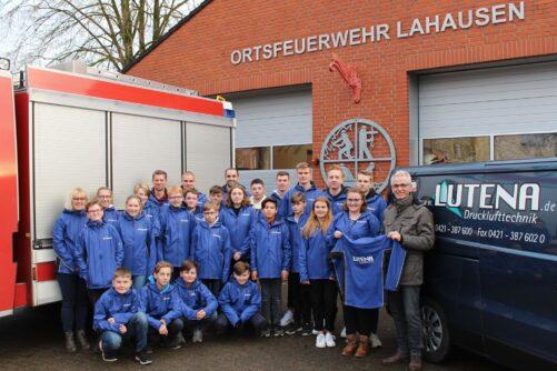 Neue Regenjacken für Jugendfeuerwehr Lahausen
