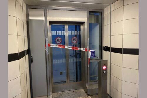 Personen in Aufzug eingeschlossen